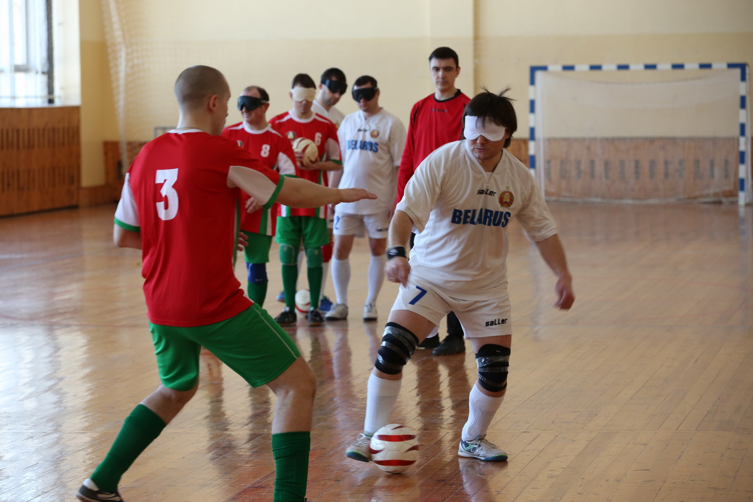 Юрий Ардынов играет в футбол
