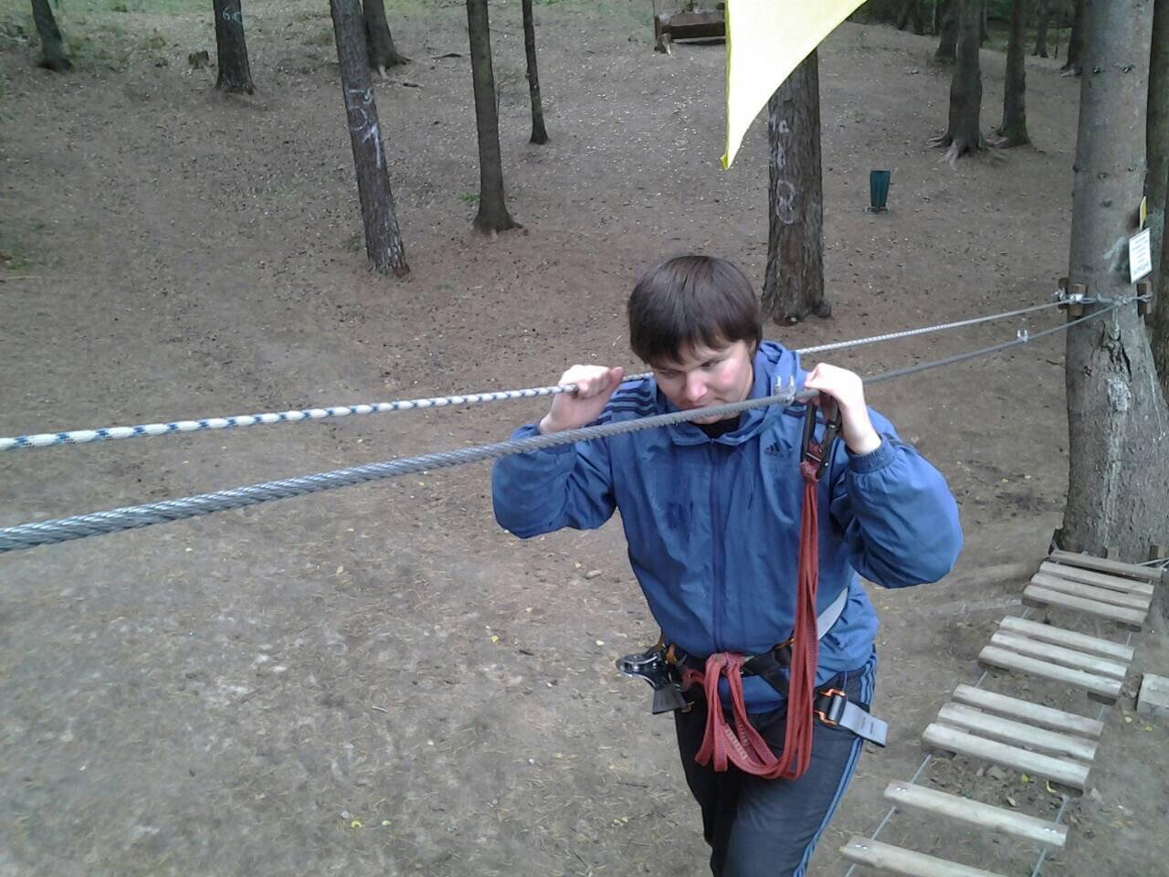 Юрий Ардынов проходит спортивное препятствие